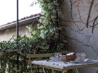 tavolo-apparecchiato-in-terrazza