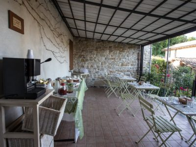 terrazza-con-il-buffet-colazioni